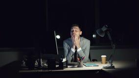 Znużony faceta urzędnik pracuje na komputerowym póżno przy nocy spotkania ostatecznego terminu przyglądający zmęczonym, skołowany zbiory wideo