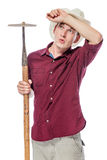 Znużony rolnik z motyką w kapeluszu na bielu zdjęcie stock