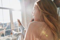 Zo goed om u te horen! Achtermening van het mooie jonge vrouw spreken Royalty-vrije Stock Foto