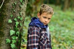 zo hopeloos het voelen Droevige jongen Kleine jongen met droevig gezicht Klein kind alleen in hout Eenzaam en ongelukkig royalty-vrije stock foto