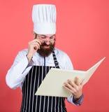 Zo interesserend Het op dieet zijn en natuurvoeding, vitamine Gebaarde mensenkok in culinaire keuken, Het gezonde voedsel koken D stock foto's