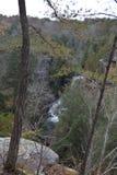 Zoals gezien van een klip boven de dalingen stroomt het water in de hieronder rivier royalty-vrije stock foto's