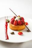 Zobelbretone oder -Keks mit Vanillecreme und -himbeerecoulis auf weißem Teller Stockbild
