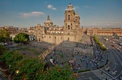 Zocaloen i Mexiko - stad med domkyrkan och jätte- flagga i mitten arkivbild