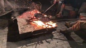 25-10-18 Zocca, Italië - Kastanjesfestival: groep vrienden die kastanjes op een vuur in langzame motie koken stock video