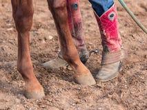 Zoccoli del cavallo e stivali di Cowboots fotografia stock libera da diritti