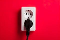 Zoccolo elettrico bianco sulla parete. Fotografia Stock