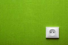 Zoccolo elettrico in una parete verde fotografie stock libere da diritti