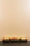 Złocisty Bożenarodzeniowy krakers z pustą przestrzenią above Zdjęcie Stock