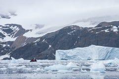 Zodiac δίπλα σε έναν παγετώνα Στοκ εικόνες με δικαίωμα ελεύθερης χρήσης