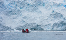 Zodiac μπροστά από τον παγετώνα Στοκ Εικόνες