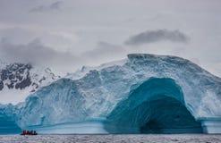 Zodiac μπροστά από τον παγετώνα Στοκ φωτογραφία με δικαίωμα ελεύθερης χρήσης