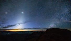 Zodiacal Licht en de melkachtige manier over de berg bij vroege morn stock foto's