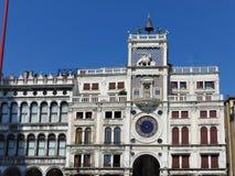 Zodiakklocka Klockatorn med det bevingade lejonet och tv? heder som sl?r klockan - tidig ren?ssans 1497 som bygger i Venedig som  royaltyfria bilder