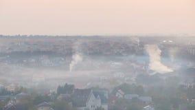 Zodra charmante die stad in dikke laag van smog van industriële fabrieken wordt behandeld stock videobeelden