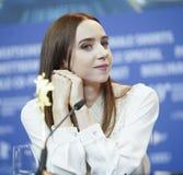 Zoe Kazan deltar i en presskonferens royaltyfria foton