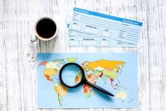 Zoek en koopt kaartjes voor reis Kaartjes en wereldkaart op lichte houten lijst hoogste mening als achtergrond Royalty-vrije Stock Afbeelding