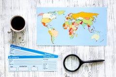 Zoek en koopt kaartjes voor reis Kaartjes en wereldkaart op lichte houten lijst hoogste mening als achtergrond Stock Foto's