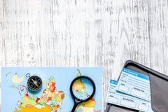 Zoek en koopt kaartjes voor reis Kaartjes en wereldkaart op lichte houten lijst hoogste mening als achtergrond copyspace Royalty-vrije Stock Afbeelding