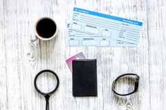 Zoek en koopt kaartjes voor reis Kaartjes op lichte houten lijst hoogste mening als achtergrond Stock Afbeeldingen