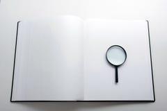 Zoek met vergrootglas, die informatie in boeken, blauwdrukken, tijdschriften zoeken Controleinspectie Exemplaar ruimtetekst Royalty-vrije Stock Afbeeldingen