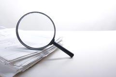 Zoek met vergrootglas, die informatie in boeken, blauwdrukken, tijdschriften zoeken Controleinspectie Exemplaar ruimtetekst Royalty-vrije Stock Foto's