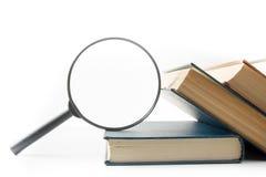 Zoek met vergrootglas, die informatie in boeken, blauwdrukken, tijdschriften zoeken Controleinspectie Exemplaar ruimtetekst Royalty-vrije Stock Fotografie