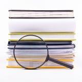 Zoek met vergrootglas, die informatie in boeken, blauwdrukken, tijdschriften zoeken Controleinspectie Exemplaar ruimtetekst Stock Afbeelding