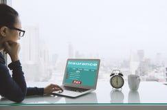 Zoek naar verzekering online stock afbeeldingen