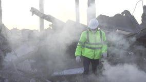 Zoeken voor vermisten in het puin na een orkaan of een aardbeving stock videobeelden
