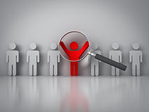 Zoekend naar het juiste persoonsconcept, Vergrootglas die zich op de rode man concentreren die zich met wapens brede open bevinden Stock Foto's
