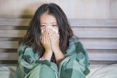 Zoet Aziatisch Koreaans die meisje in pyjama's met algemene zieken worden behandeld die aan koude en griep lijden die temperatuur stock fotografie
