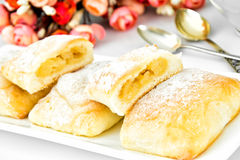 Zoet Bakkerijbroodje met Kaas, Apple en Kaneel Stock Fotografie