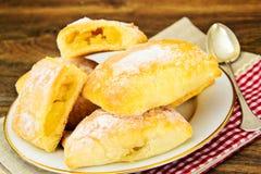 Zoet Bakkerijbroodje met Kaas, Apple en Kaneel Royalty-vrije Stock Afbeeldingen