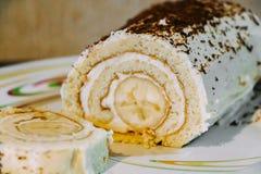 Zoet banaanbroodje met room en chocoladeschilfers stock afbeelding