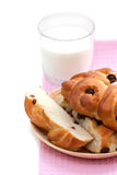 Zoet brood met rozijnen en melk Stock Afbeelding
