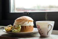 Zoet broodje met koffie Royalty-vrije Stock Foto