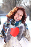 Zoet de winter romantisch meisje dat een rood hart in openlucht houdt Stock Foto's
