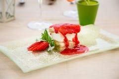 Zoet dessert met aardbeien Stock Foto's