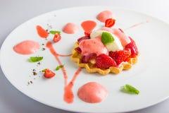 Zoet dessert met aardbeien Stock Afbeeldingen