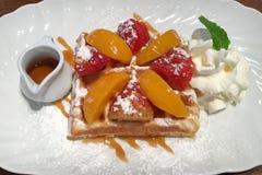 Zoet dessert met fruit en honing in een witte schotel op de lijst royalty-vrije stock fotografie