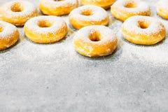 Zoet dessert met vele doughnut Stock Foto