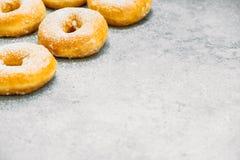 Zoet dessert met vele doughnut Stock Foto's