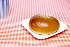 Zoet die broodje met rood boondeeg wordt gevuld Stock Foto's