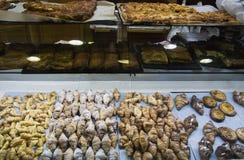 Zoet en smakelijk haal straatvoedsel in Valencia, Spanje weg stock foto's