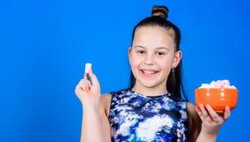 Zoet en zacht Zoet tandconcept Het jong geitjemeisje met lang haar houdt van snoepjes en behandelt Calorie en dieet Hongerig Jong stock foto's