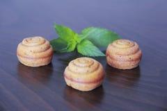 Zoet geel koekje cupcake met groen bladdecor royalty-vrije stock fotografie