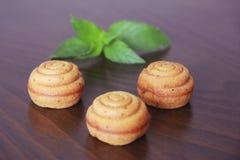 Zoet geel koekje cupcake met groen bladdecor stock foto's