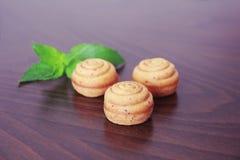 Zoet geel koekje cupcake met groen bladdecor stock afbeelding