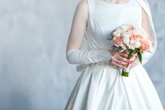 Zoet Huwelijksboeket met rozen in de Handen van de Bruid stock fotografie